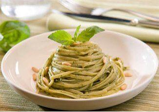 PESTO GENOVÊS CLÁSSICO O pesto apesar de não ser muito difundido aqui no Brasil é um dos pilares da cozinha italiana e como a grande maioria das receitas italianas apresenta uma receita diferente em cada região da Itália.