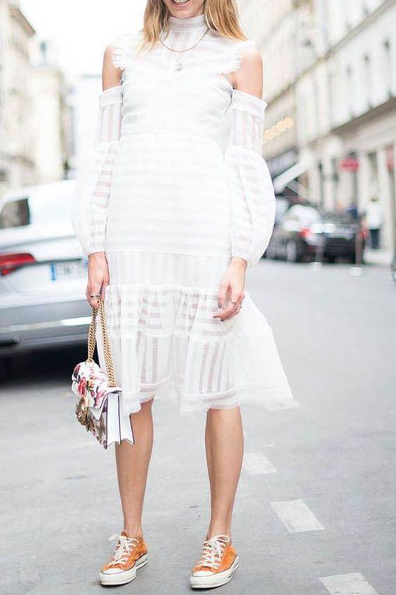 mezcla de estilos: vestido de gasa blanco, zapatillas tipo converse naranja