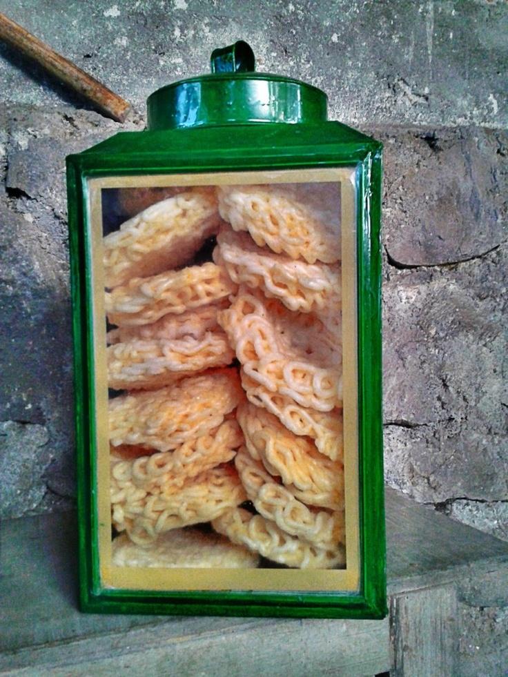 Indonesian snacks. I had these at a friends, they are sooo moreish! Blek krupuk | kroepoek blijk.