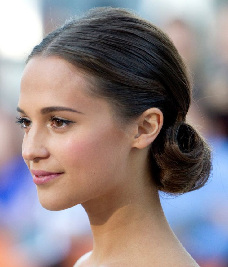 Elegant hair | Alicia Vikander with low chignon Perfect elongated eyebrows and eyeliner