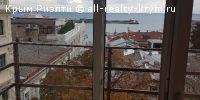 #Ялта #Продам: Продам квартиру с видом в центре г.Ялты ул. Морская. http://all-realty-krym.ru/o/prodazha/4-kvartiry-v-krymu/4158-prodam-kvartiru-s-vidom-v-tsen  Продам видовую квартиру в центре Ялты на ул. Морская, 8. Дом находится в 50 метрах от Набережной Ялты, из окон квартиры открывается изумительный вид на море и Набережную. Квартира новая 2014 года постройки общей площадью 56 м.кв ( плюс балконы 4,8 м.кв.), мансардный 4-ый этаж, высота потолка от 2.7 до 3 метров. В квартире две видовые…