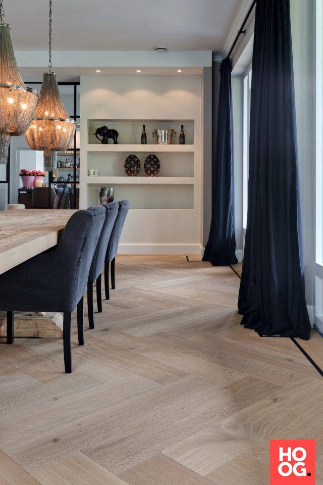 Woonkamer design met visgraat vloer