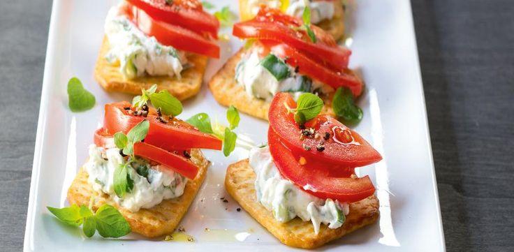 Cottage sýr otevřete, tekutinu vysráženou na povrchu slijte a pak sýr smíchej s lučinou a pomazánkovým máslem. Poté vmíchejte nasekanou cibulku a...