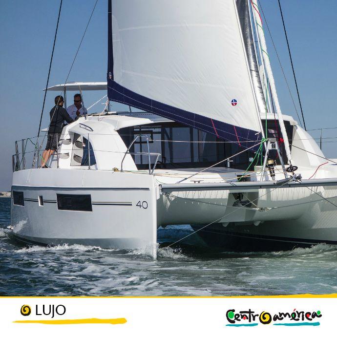 Si te gusta el mar, otra opción es alquilar un catamarán y navegar por las maravillosas aguas centroamericanas