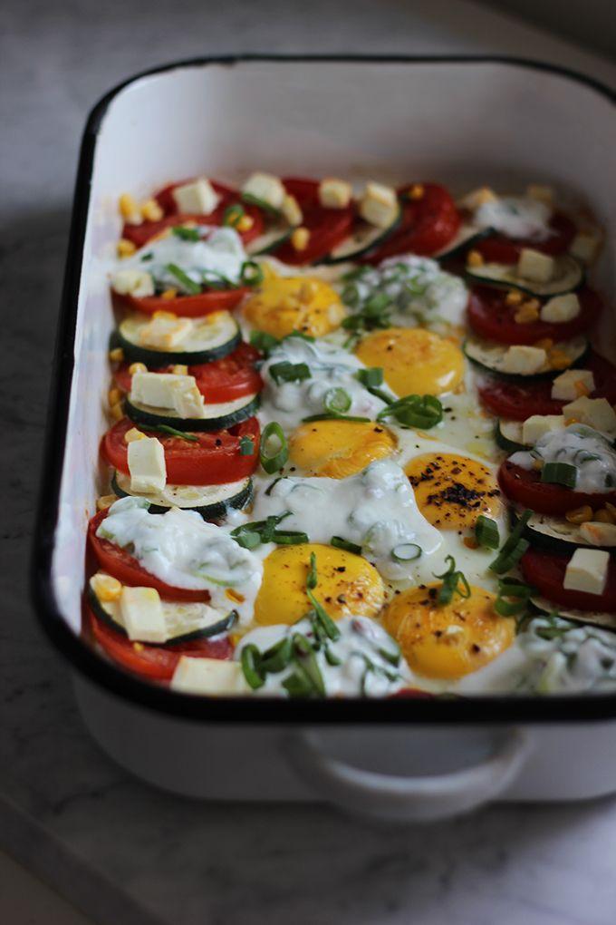 burczymiwbrzuchu: Śniadanie do łóżka #218: Pieczone jajka sadzone z cukinią, pomidorami i fetą