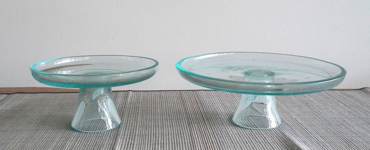 cake stand clear for your delicious cakes, we have two size: small and medium