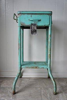 Groene metalen industriele accessoires, tafels, stoelen