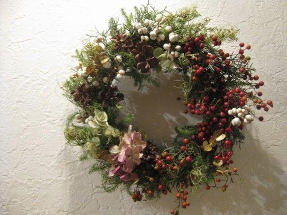 もうすぐクリスマス・・・初冬の野に初雪が降り始めたような情景をイメージしたリースです。ナンキンハゼの白い実が粉雪のようです。クリスマスリースとしてはもちろん、... ハンドメイド、手作り、手仕事品の通販・販売・購入ならCreema。