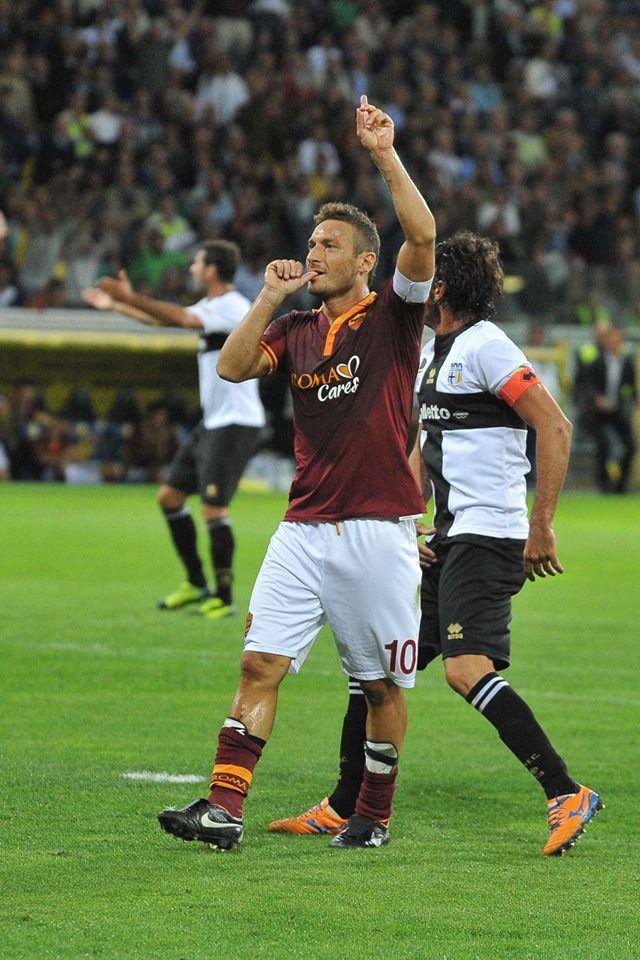 Il ciuccio di Francesco Totti dopo il gol di Parma. Parma-Roma 1-3  #Totti #Calcio #ASRoma
