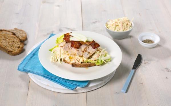 Oppskrift på Kyllingsandwich med kremet eple- og kålsalat, foto: