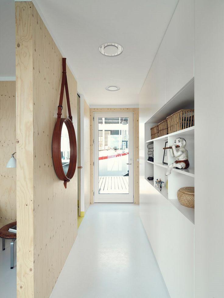 Nikterak komplikovaně není řešena ani samotná dispozice hausbótu: dlouhá chodba vedoucí od vstupních dveří napříč prostorem odděluje po pravici příchozího soukromé pokoje a koupelnu od společně sdílené obytné části.