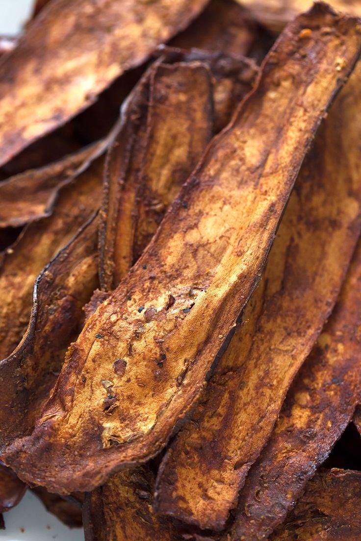 El bacon de berenjena es una alternativa sana, ligera y baja en grasa al bacon tradicional. Se puede cocinar al horno o en una sartén y queda muy crujiente.