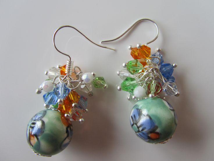 """Boucles d'oreilles """"Mahalia"""", perle fleurie en céramique et grappe de toupies cristal (Réf : 158)"""