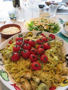 Een van mijn favoriete gerechten: pasta met zelfgemaakte pesto en kip. En wat lekkere gegrilde cherrytomaatjes erop!