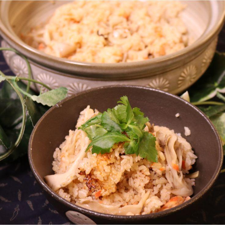 「ご飯の炊き方!土鍋で炊き込みご飯」の作り方を簡単で分かりやすい料理動画で紹介しています。めんつゆを使った簡単な炊き込みご飯です。土鍋で炊くとよりご飯がふっくらしてキノコの香りがとても食欲を注ぎます。鮭は骨が多いので、食べる際は気をつけてください。きのこから水分が出ますのでお水はいつものご飯炊くときより少なめでお願いします。