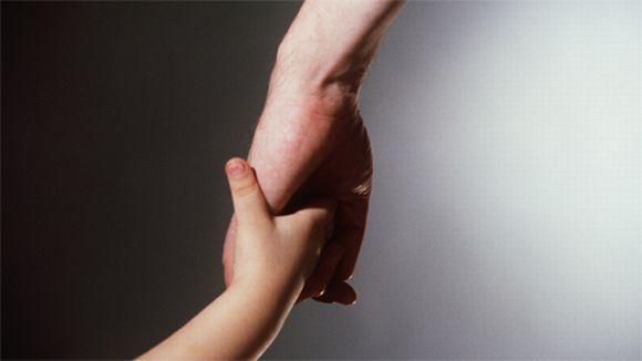 aikuinen+lapsi+käsi+kädessä+vanhempi+isä+äiti (580×326)