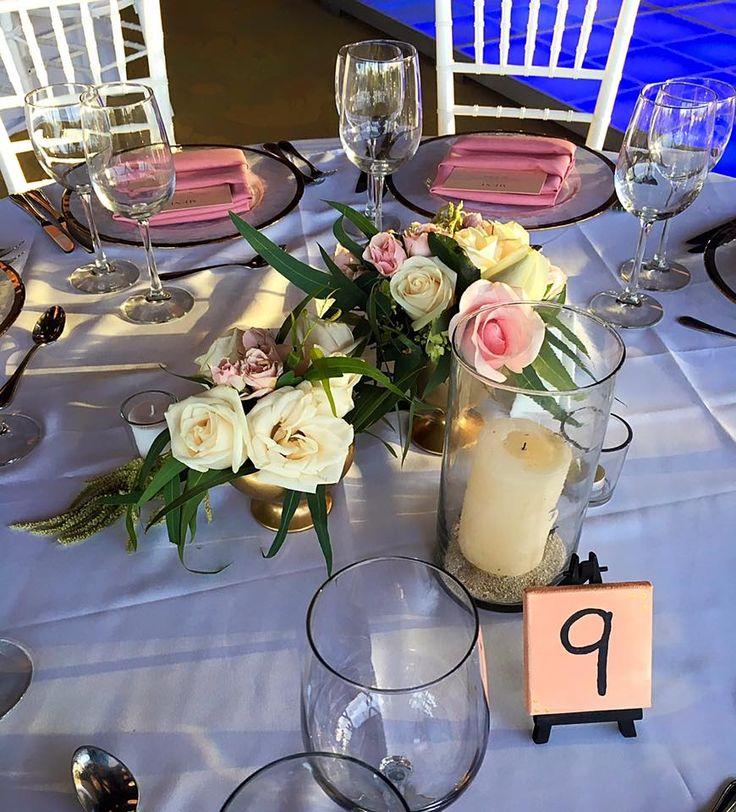 CBV249 Riviera Maya wedding gold vases with light pink and ivory roses / Bases doradas con rosas rosa palido y crema, detaile de follaje