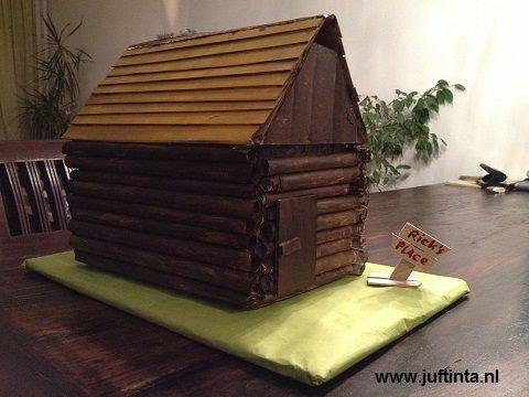 Neem een stevige doos voor deze blokhut. Als de doos het toelaat kun je één kant openmaken en deze schuin omhoog zetten voor het dak. Lukt dit niet, maak dan van stevig karton een driehoek en bevestig deze op de doos als dak. Beplak de doos met opgerolde strookjes papier. In plaats van beplakken met …
