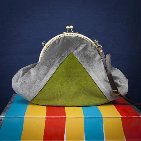 """BERMUDA TRIANGLE"" a bag by °Lily Wallace INDEPENDENT LABEL"" www.lilywallace.com Ehi, ho trovato questa fantastica inserzione di Etsy su https://www.etsy.com/it/listing/574269397/boho-velvet-bag-striped-velvet-purses"