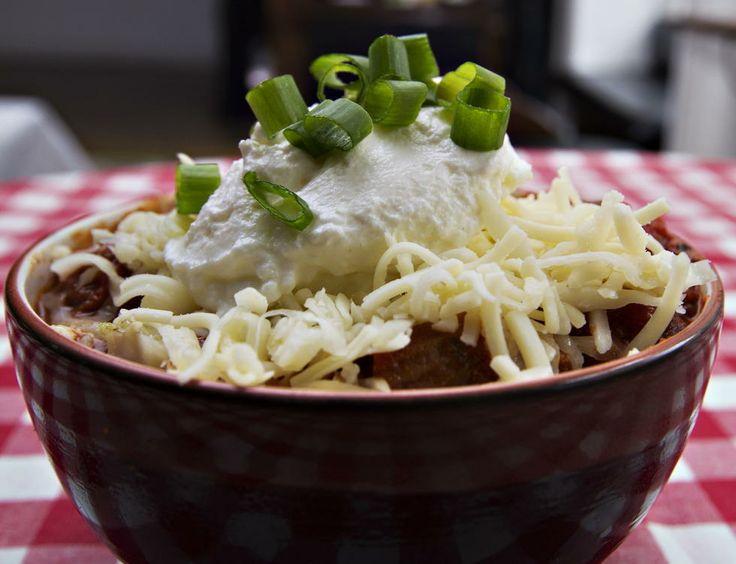 Texas Chili - Den beste måten å lage denne amerikanske sørstat-spesialiteten på er å jobbe seg oppover i gryten lag på lag. Det krever litt tålmodighet, men resultatet er definitivt verdt det. Bruk en kjele som rommer ca. 10 liter. Oppskrift fra Café Fedora.