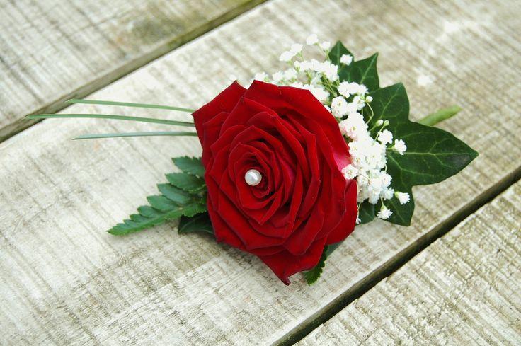 Bruidegomcorsage met rode roos en wit gipskruid. www.meesterlijkgroen.nl