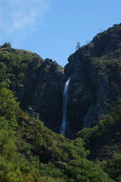 A Cascata da Frecha da Mizarela, ou simplesmente Frecha da Mizarela, é uma cascata localizada na Serra da Freita, próxima da povoação de Albergaria da Serra, concelho de Arouca.