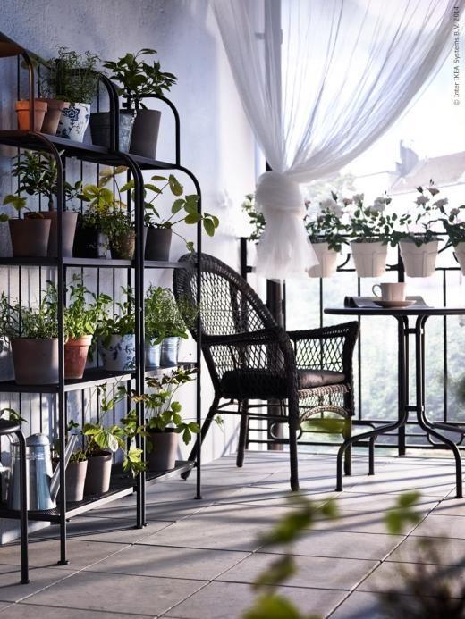 Romantisk känsla med LÄCKÖ serien där designen är inspirerad av traditionella möbler i smidesjärn.