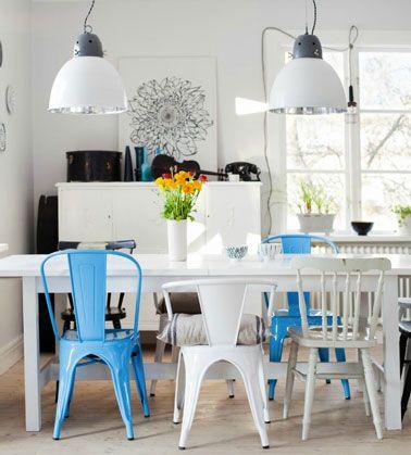 chaise-depareillees-dans-salle-a-manger-couleur-bleu-blanc