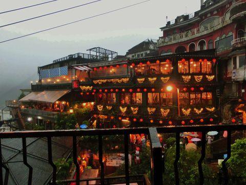 台湾の北部に位置する「九份」は、まるで時間が止まってしまったかのような、古き良き風情が残る街です。宮崎駿監督のアニメ映画『千と千尋の神隠し』のモチーフとなったといわれることから、日本からの観光客も多く訪れる台湾の人気スポットとなっています。今回は幻想的な豎埼路の街並みと、『千と千尋の神隠し』の雰囲気を味わえる「阿妹茶酒館」の絶景を楽しめるレストラン「海悦楼茶坊」ご紹介しましょう。