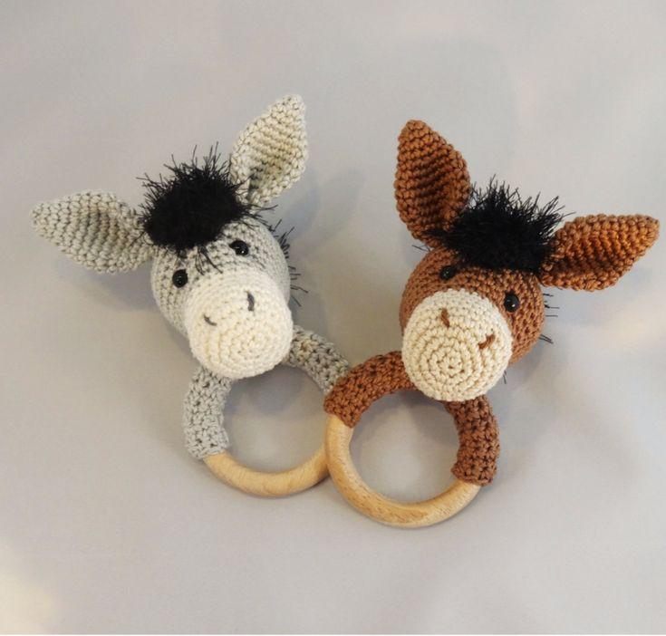 Zo schattig! Een rammelaar met een ezel eraan. Zo leuk om te maken als kraamcadeautje bijvoorbeeld. Heel lief leuk gratis haakpatroon van Dani's Creaties.