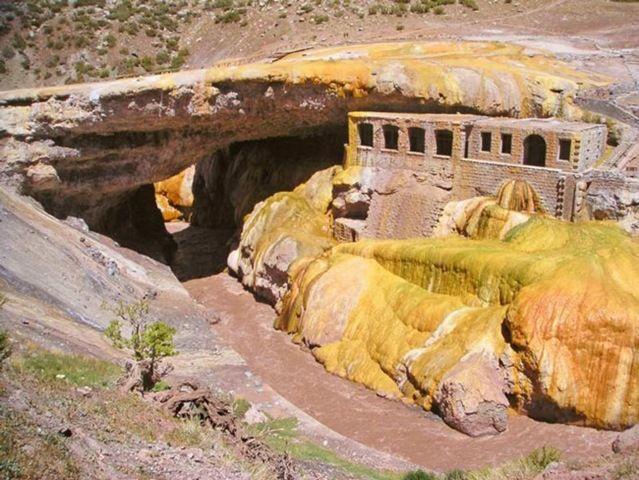 Puente del Inca (Mendoza):El Puente del Inca es una formación rocosa que forma un puente natural sobre el río Las Cuevas. Está ubicado al noroeste de la provincia de Mendoza, Argentina, y su curiosa formación y pasado como hotel de baños termales lo han convertido en un punto turístico destacado, actualmente considerado un Área Natural protegida por la provincia.