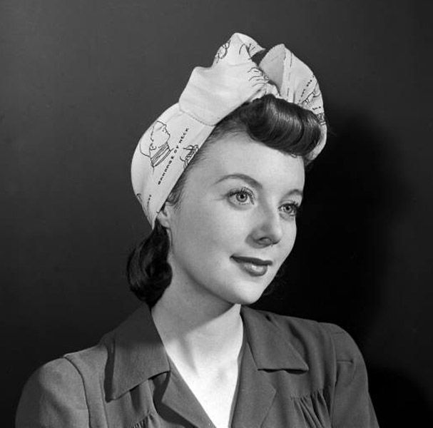 Such a wonderful, classic 1940s scarf and rolled bang hairstyle.
