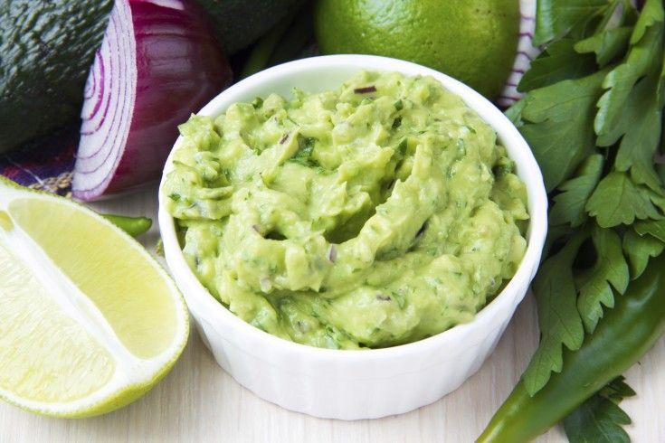 Culy's favoriete easy guacamole recept -  2 RIJPE AVOCADO'S 1 BOSUITJE 1 BOSJE VERSE KORIANDER 1/2 LIMOEN 1 TEENTJE KNOFLOOK 2 THEELEPELS MEXICAANSE KRUIDEN ZOUT TABASCO (ROOD OF GROEN) OPTIONEEL: ZURE ROOM