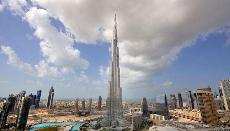 10 verrückte Gebäude aus aller Welt Der Burj Khalifa in Dubai ist unglaubliche 828 Meter hoch. Damit ist das 2010 eingeweihte Gebäude das höchste Bauwerk der Welt. Die höchste bewohnte Etage ist die 163. – diese befindet sich auf einer Höhe von knapp 585 Metern.