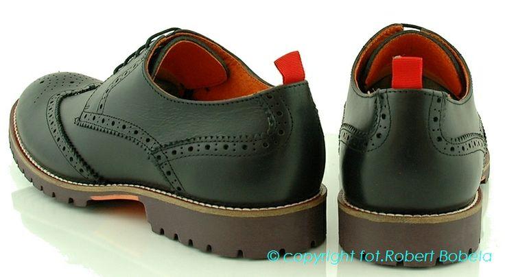 Ambitious – buty męskie z Portugalii. Materiały, które są używane do produkcji to najnowsze trendowo  i najlepszej jakości skóry. Kładziony jest nacisk na niepowtarzalność fasonów. http://zebra-buty.pl/model/3913-polbuty-meskie-ambitious-2032-007