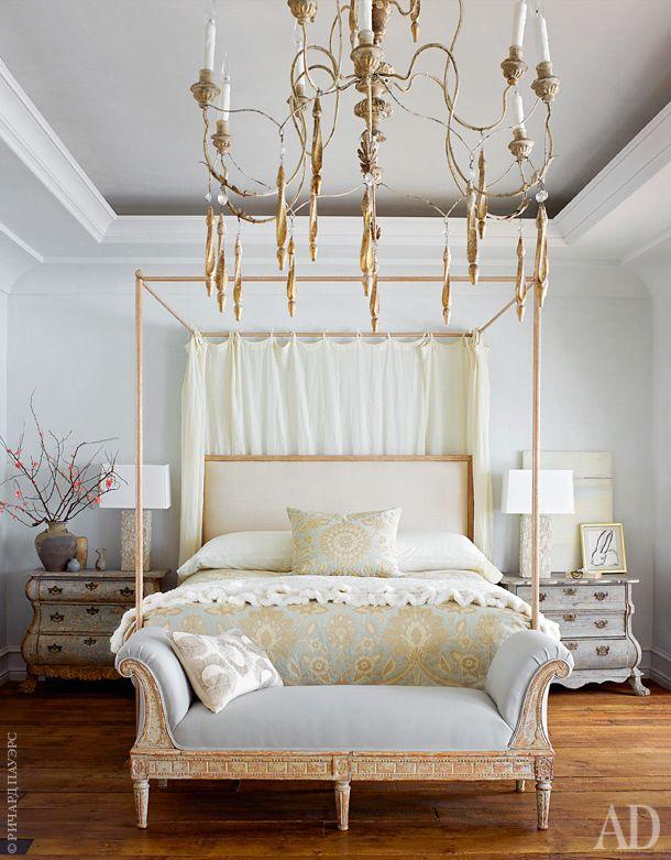 Хозяйская спальня. Шведская антикварная банкетка XVIII века. Старинные комоды найдены во Франции. Половые доски — антикварные, куплены в Chateau Domingue в Хьюстоне.