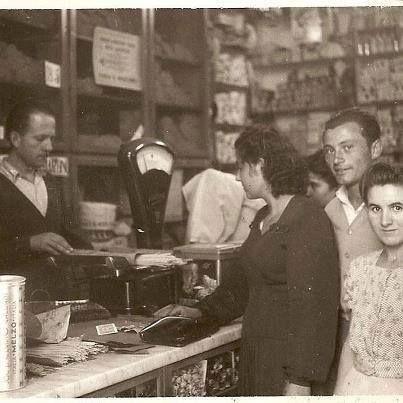 """Italia """"come eravamo"""" - Quando la pasta si comprava sfusa, così come lo zucchero e gran parte dei generi alimentari. La carta con cui veniva avvolto lo zucchero: era azzurra e il colore si chiama ancora """"carta da zucchero"""". La carta oleata su cui si posava la marmellata Zuegg comprata a peso e raccolta dal droghiere da un mastello di legno. #TuscanyAgriturismoGiratola"""