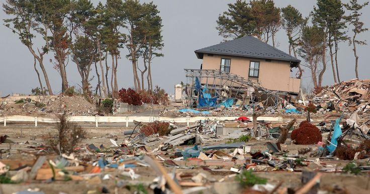Cómo afectan los tsunamis a las vidas humanas. Los tsunamis son olas gigantes generadas por un desplazamiento de agua. Los terremotos o explosiones submarinas pueden provocar estas olas, como aquellas causadas por la actividad volcánica submarina o las pruebas de dispositivos nucleares. Los tsunamis pueden viajar a más de 500 millas (804,65 Km) por hora en aguas profundas y pueden llegar a ...