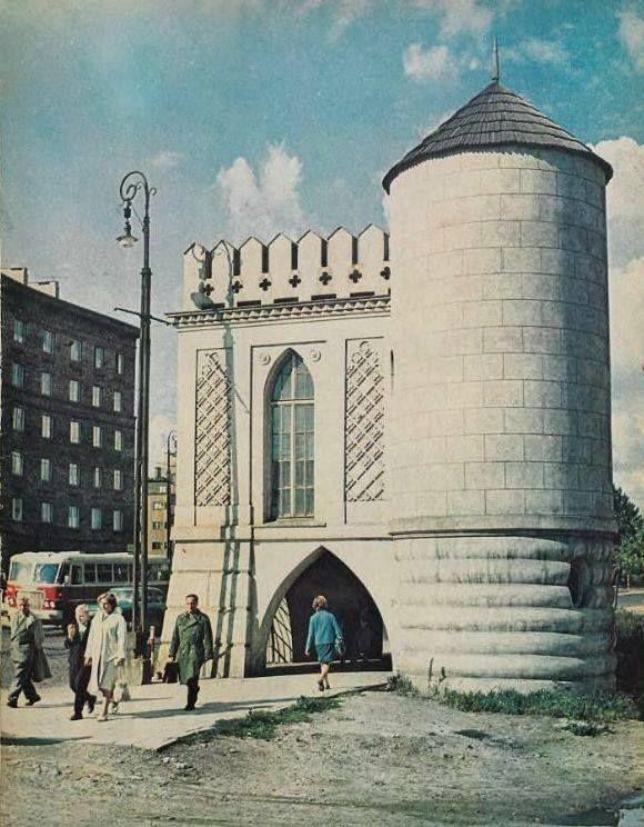 Domek Mauretański (GloriettaFlamandzka) to jeden z najbardziej rozpoznawanych budynków Mokotowa. Zlokalizowany w otoczeniu dzisiejszego parku Szustrów, zależał dawniej do zabudowań założenia parkowo pałacowego Izabeli z Lubomirskich Czartoryskiej. Glorietta została wzniesiona przez Szymona Bogumiła Zuga w l. 70 -tych XVIII w.W roku 1805 r. w budynku zamieszkał niezwykły gość- król Francji Ludwik XVIII z żoną Marią Józefiną. Uciekająca przed rewolucja królewska para, znalazła schronienie…