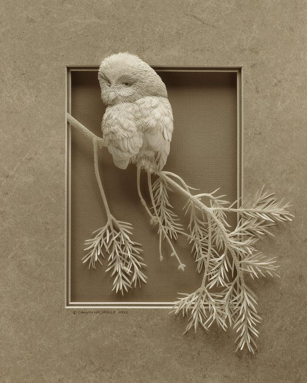 Calvin Nicholls fabrique ces sculptures avec des détails impressionnants juste avec des feuilles de papier et un scalpel.