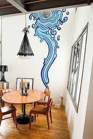 O grafite abstrato em tom azul foi criado pelo artista Zezão e completa com charme a decoração do ambiente.