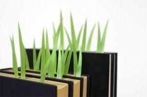 """Ce marque page fonctionne par une accumulation en effet, le principe est de sélectionner plusieurs pages du livres et d'y coller un brin d'herbe. Un brin ne suffit pas pour créer l'esprit cherché. Les + :  -s'adapte à tous les types de livre -symbolique puissante car au gré de notre lecture c'est comme si l'on cultivait nos connaissances. Les - :  -difficile de savoir où notre lecture c'est arrêtée la fois précédente. À travers cette création on cherche à faire """"pousser la culture"""""""