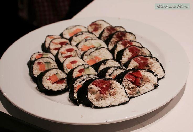 Ob als Vor- oder Hauptspeise, als Snack für Zwischendurch oder Unterwegs, vegan, vegetarisch oder mit Fisch: Sushi Rollen (bzw. Maki) sind unglaublich vielfält