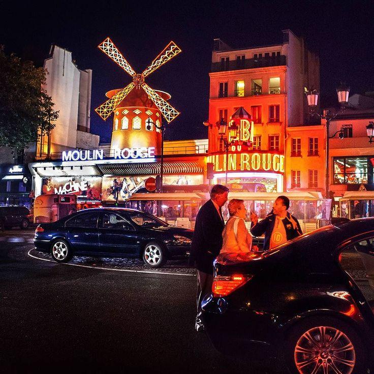 Обычный вечер в Париже. Кто из вас хотел бы неспешно приехать в Мулен Руж и под бокал вина насладиться шоу? #travel #moulinrouge