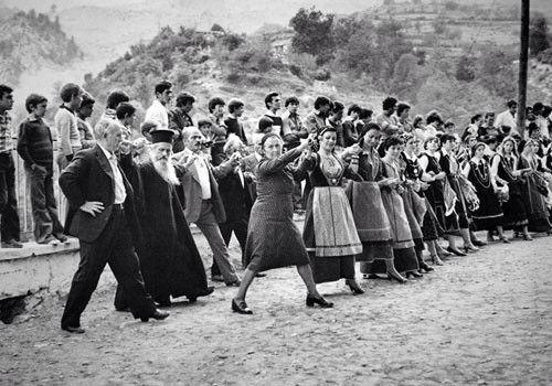 Διπλός χορός στα Θοδώριανα Άρτας. Αθήνα, Μουσείο Μπενάκη-Φωτογραφικά Αρχεία (από: K. Μπαλάφας, Ήπειρος, Ποταμός, Αθήνα 2003, 288)