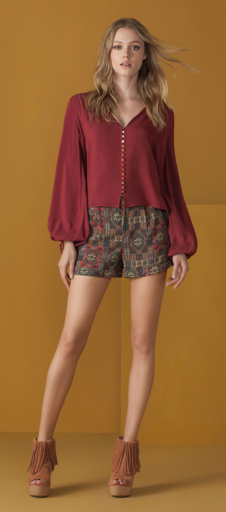 blusa manga comprida mangas bufantes com botoes shorts estampado etnico open boot franjas anabela plataforma