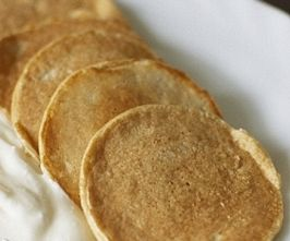Дюкановские лепешки вместо хлеба  лепешки из отрубейИнгредиенты: Овсяные отруби — 1,5-2 ст. ложки Обезжиренный творог — 1,5 ст. ложки Яичный белок — 1 шт Все продукты хорошо смешать, сделать лепешку и выпекать на разогретой сковороде по 2 минуты с каждой стороны. Можно использовать в качестве замены хлеба для утреннего бутерброда с рыбой. http://www.dietplans10.com/dukanovskie-recepti/