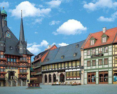 4-Sterne-Superior Travel Charme Gothisches Haus am historischen Marktplatz von Wernigerode mit unter Denkmalschutz stehender Fachwerkfassade: Dieses Haus ist einfach zauberhaft. Das Hotel in Sachsen-Anhalt punktet mit einem exklusiven Wellnessbereich, mehrfach ausgezeichnetem Gourmetrestaurant, und sechs Tagungs- und Veranstaltungsräumen.