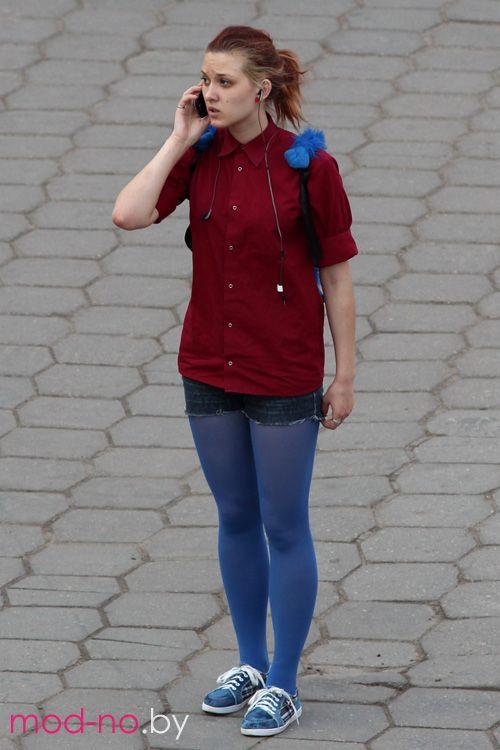Уличная мода в Минске. Жаркий май 2013 (наряды и образы на фото: бордовая блуза, голубые колготки, джинсовые синие шорты, голубые кроссовки)