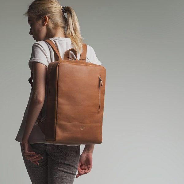 Hnědý batoh s velkým úložným prostorem vyrobený z pravé kůže. Ručně vyrobený kožený batoh o rozměru 30x40x10 cm. Možnost vlastního loga či nápisu.